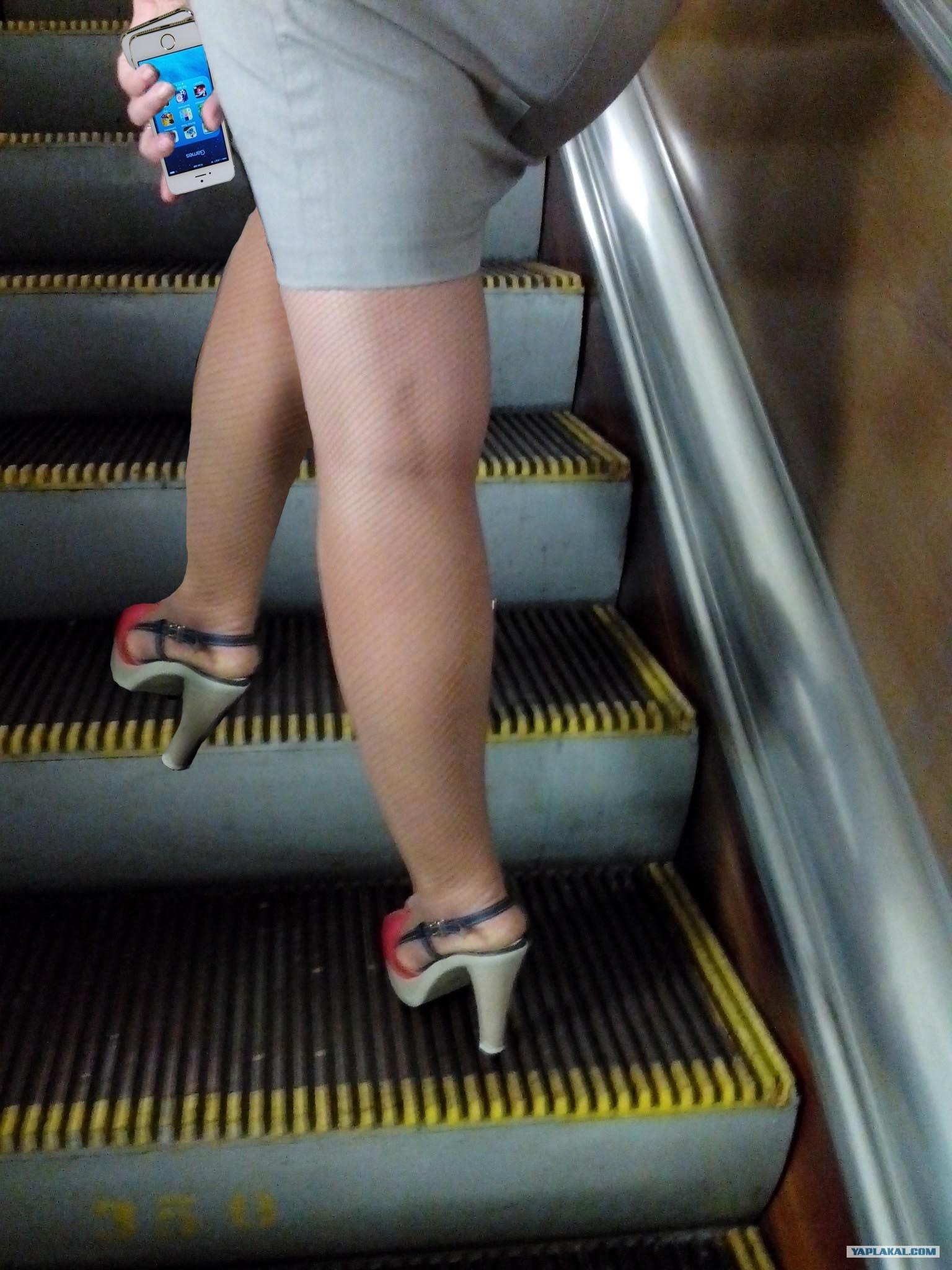 Смотрим под юбки в метро 15 фотография