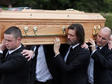 Джим Керри нес гроб своей возлюбленной