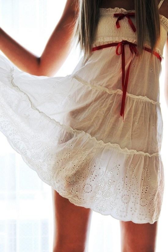 Нимфы в полупрозрачной одежде.