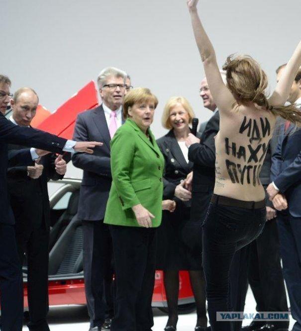 FEMEN показали Путину и Меркель голые груди:))
