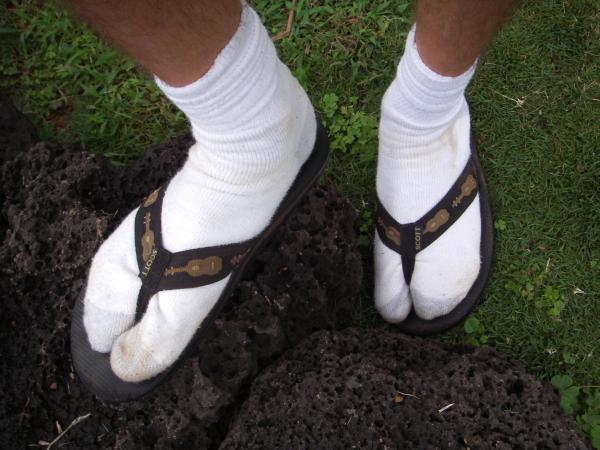 12. Кроссовки, шлепки, резиновые сапоги.  Те, кто любят ходить босиком...