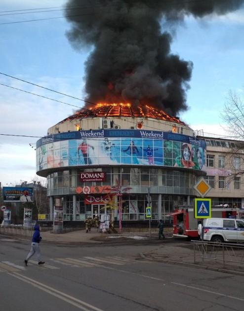 В Архангельске горит торговый центр