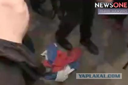 Депутат Рады сорвал российский флаг с консульства РФ во Львове
