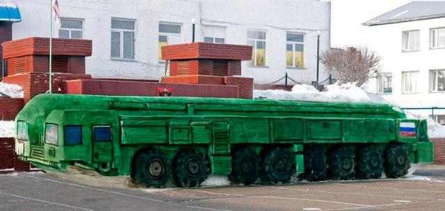 """Заключенные исправительной колонии №6 в Омской области за 15 дней слепили из снега """"Тополь-М"""" практически в натуральную величину"""