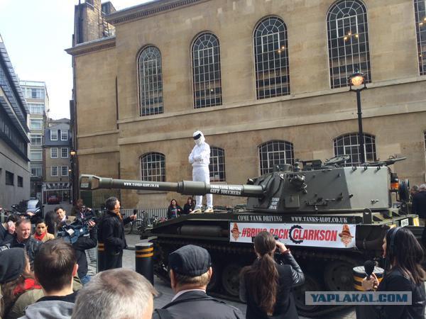 К офису BBC на танке привезли петицию