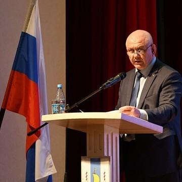 Мэр Южно-Курильска извинился за приставание к чиновнице на публике и депутаты его простили