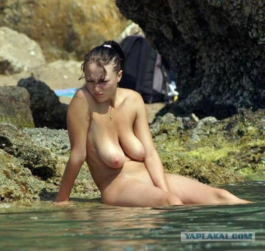 golie-na-plyazhe-grud