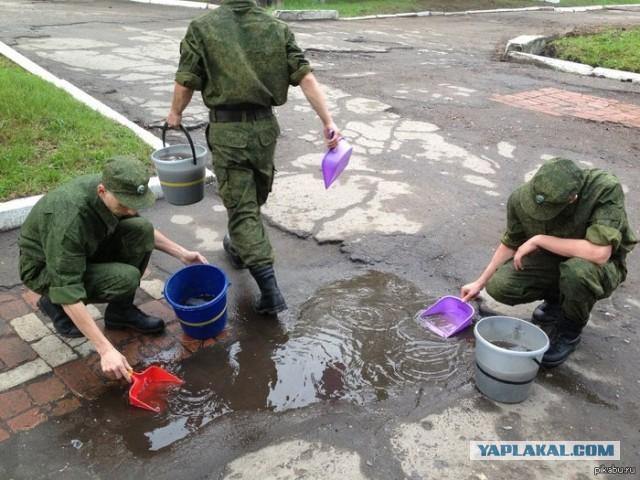 солдаты снова будут мыть полы в казарме!
