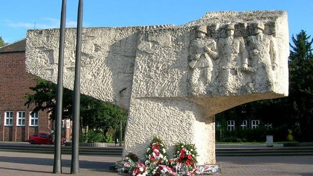 Поляки снесли памятник советским воинам