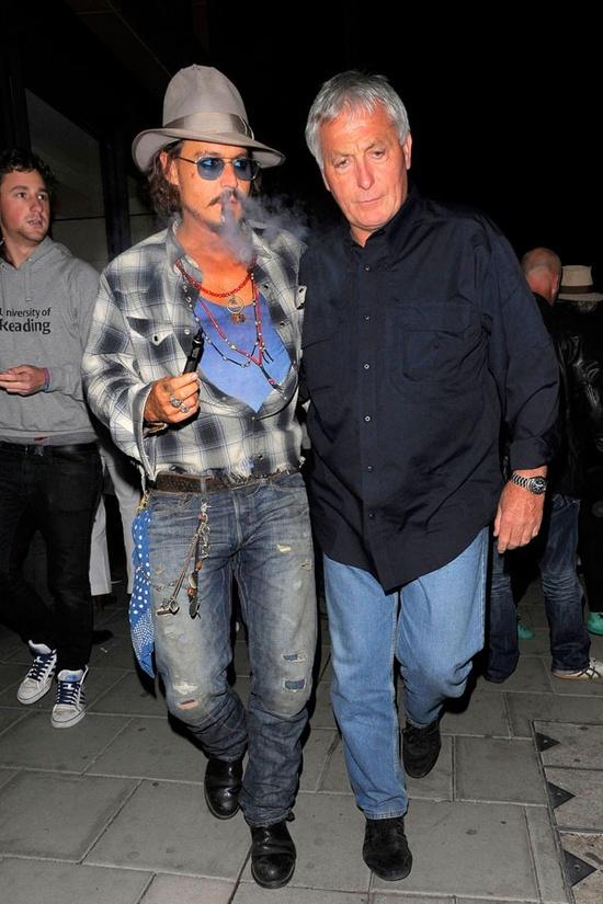 30 января мировые СМИ облетел снимок, на котором Леонардо Ди Каприо курит электронную 064