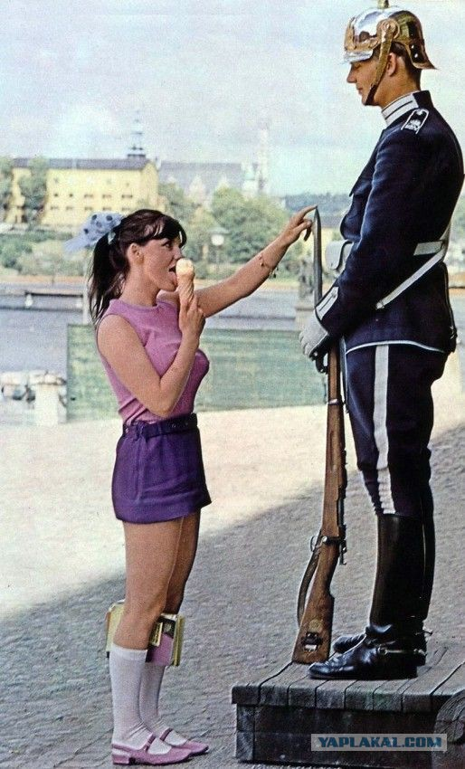 Королевского гвардейца на посту посетила младшая сестренка