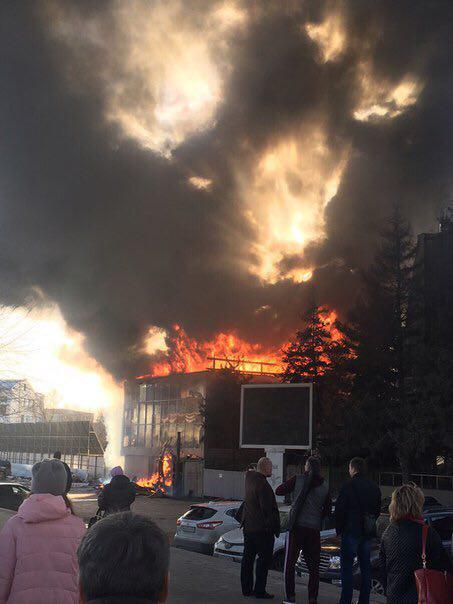 В Самаре сильный пожар рядом с ТРЦ «Звезда»
