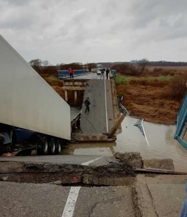 В Осиновке обвалился мост, забрав жизни людей