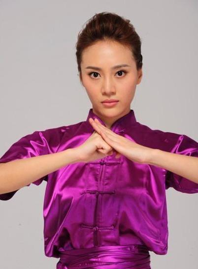 Азиатские девушки практикуют Ушу