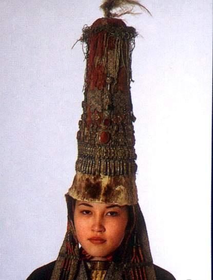 Национальный костюм казахов прост в композиции, целесообразен, удобен для верховой езды степняков-кочевников...