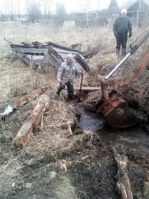 «Мужики плюнули и решили сами сделать»: жители уральского поселка своими силами восстановили дорогу