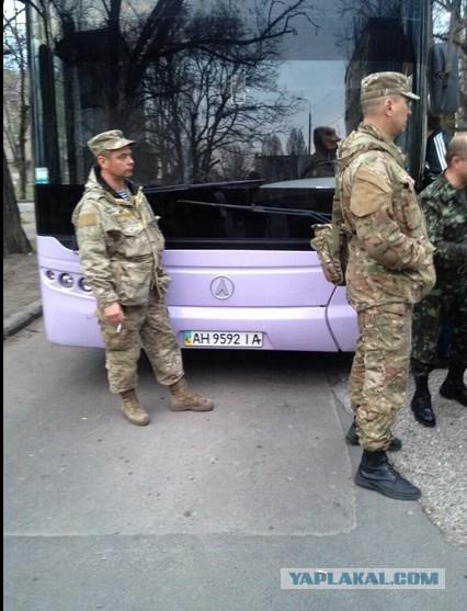 В Донецке блокировали автобус с военными