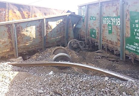 Грузовой поезд сошел с рельсов в Украине из-за воров, похитивших болты