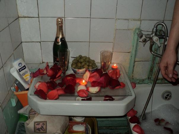 Романтичный вечер с лепестками роз