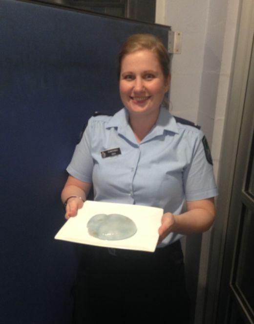 Австралиец принял мертвую медузу за грудной имплант и обратился в полицию
