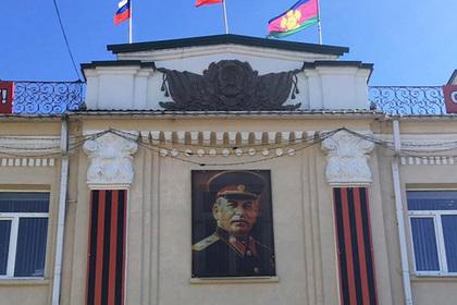 На здании белореченской администрации повесили портрет Сталина