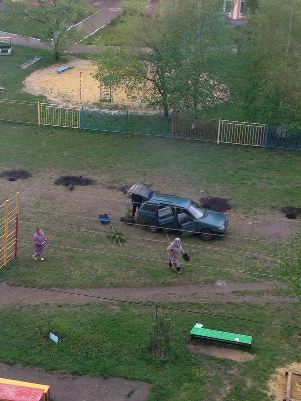 Саранские бабушки выкопали ямы на детском футбольном поле