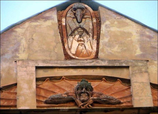 Барельеф Мефистофеля сбили с исторического здания
