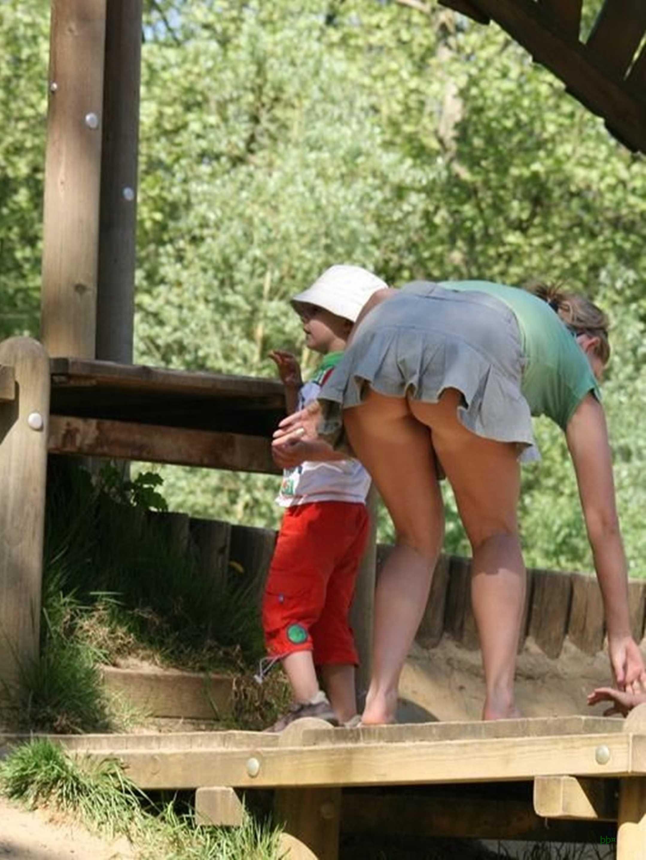 Сын подсматривает под бкой у мамы