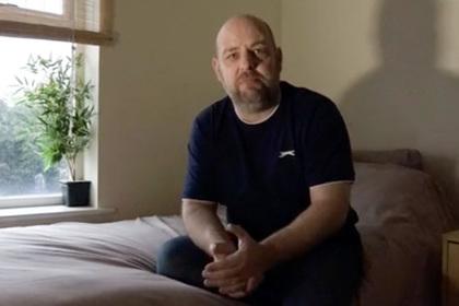 Британец проснулся и обнаружил над собой полуголую незнакомку с ножами