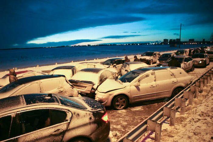 На выезде из Санкт-Петербурга произошло крупное ДТП.
