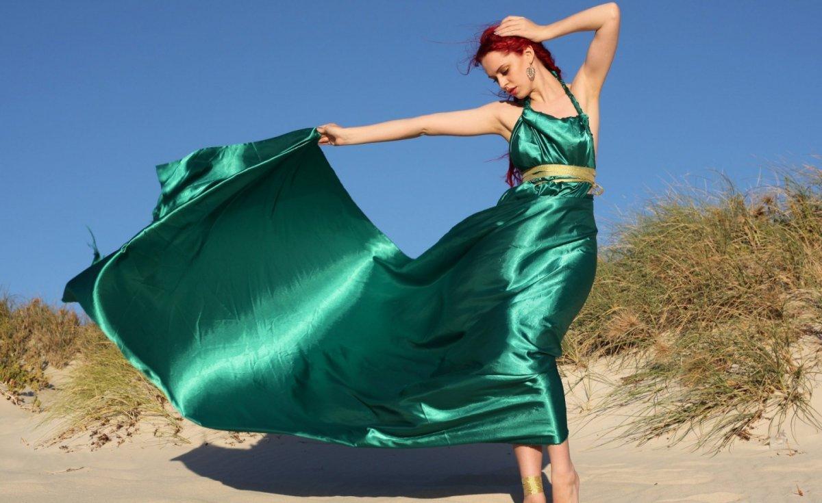 Фото девушка танцует в платье