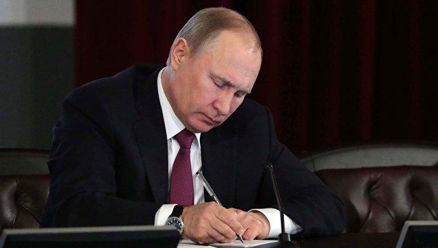 Путин подписал закон о блокировке в интернете сведений, порочащих честь