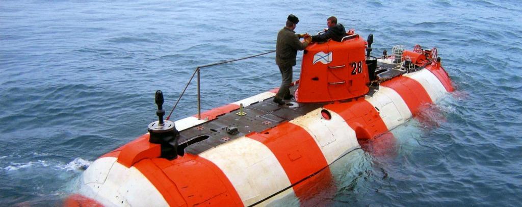 подводная лодка спасает катер видео