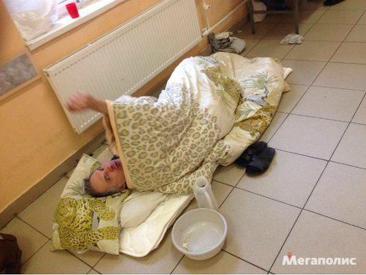 В Покровской больнице пациентов кладут на пол в коридоре из-за нехватки мест
