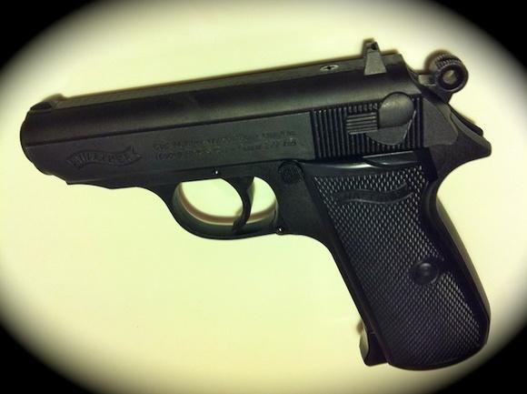 «Выхватил из-под одежды боевой пистолет и выстрелил»