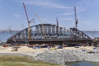 Рабочие замкнули свод автомобильной арки Крымского моста