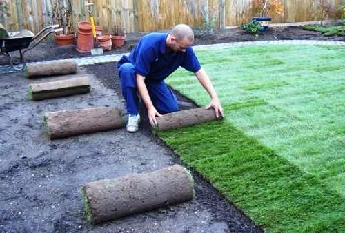Как правильно положить искусственный газон на даче своими руками 35