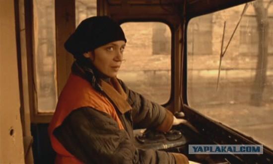 В Саратове трамвай протащил по земле мужчину, зажатого дверью