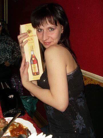 «В сексуальной позе, с бутылкой в руках». Сотрудница полиции на Урале выложила в Сеть фривольные снимки