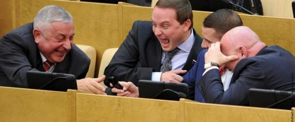 При принятии поправки о досрочных выборах непереизбравшиеся в Госдуму депутаты получат годовую зарплату