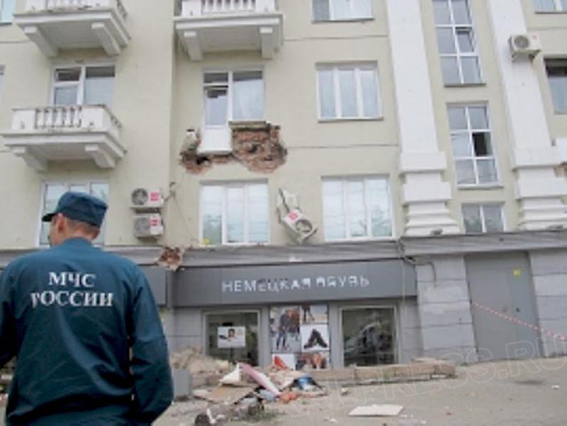 """Балкон, обвалившийся в центре Челябинска, """"выскользнул"""" из с."""