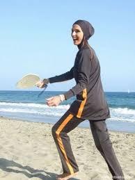 Полицейские на пляже в Ницце заставили мусульманку снять буркини