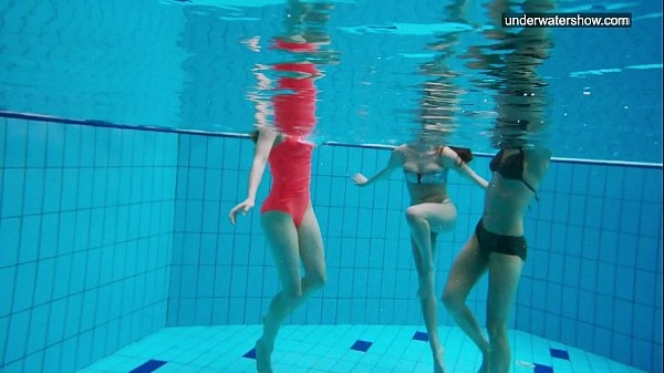 В усладу глаз. Девушка в бассейне [16+]