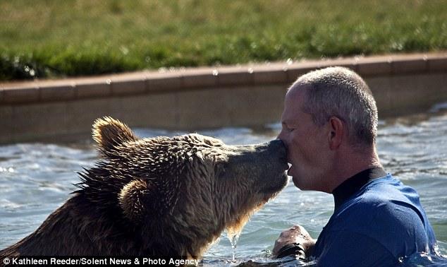 Игры с медведем гризли (6 фото)