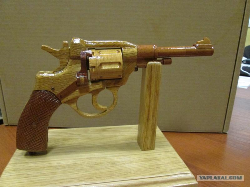 Как сделать из дерево револьвер 123