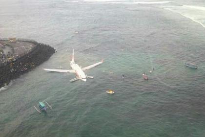 Чудо на Бали: самолет со 172 пассажирами рухнул в