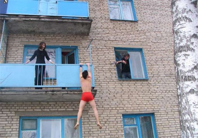 vishla-golaya-na-balkone