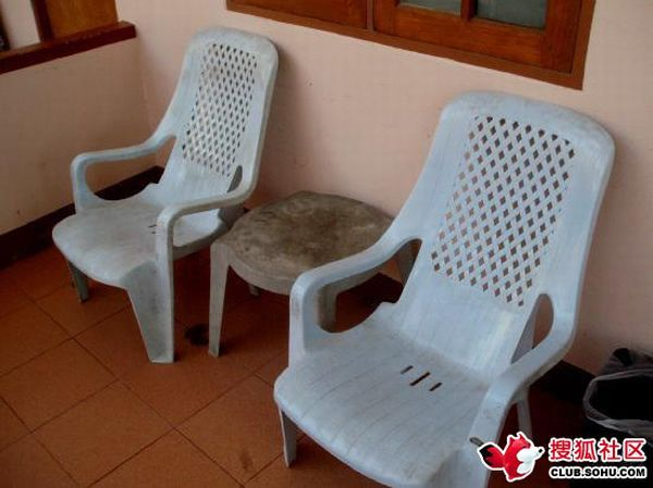 ...поломанная мебель, ржавая вода и муравьи в постели.
