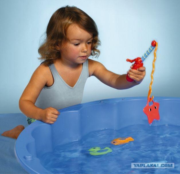 плавать в воде и ловить рыбу руками