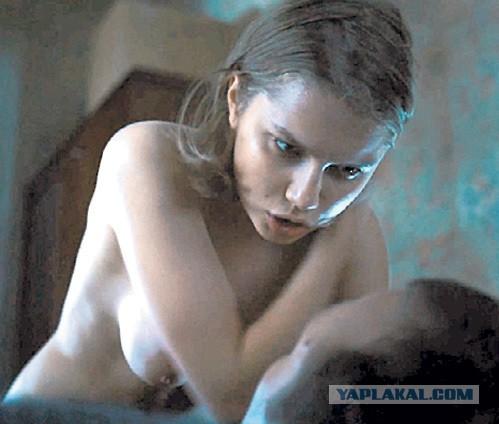 v-obshage-golie-devki-video